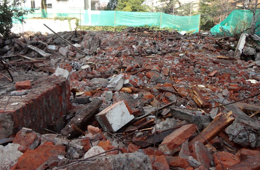 2012: Demolición de casa con máquina excavadora, Las Azucenas, Santiago.