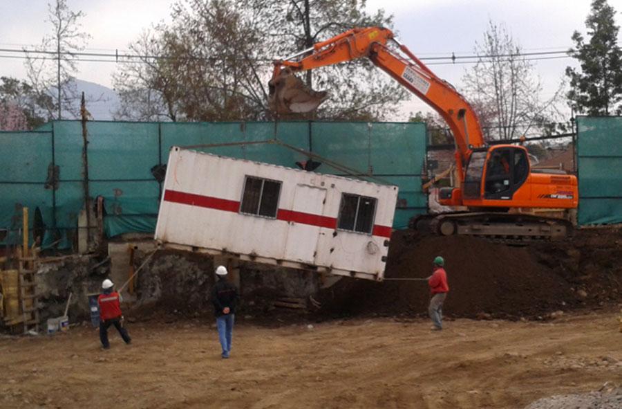 2012: Traslado de container con máquina excavadora, Las Verbenas, Santiago