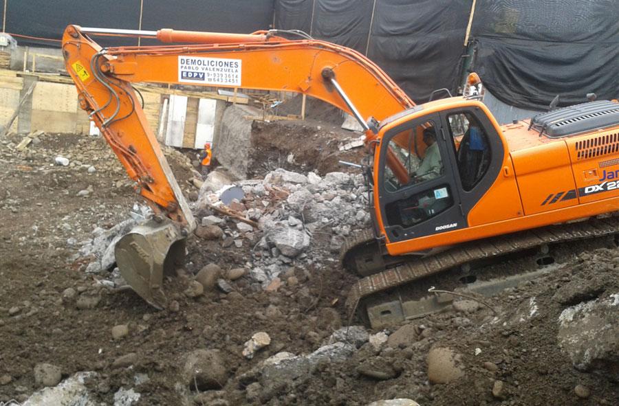 2012: Demolición y excavación con máquina excavadora, Las Verbenas, Santiago.