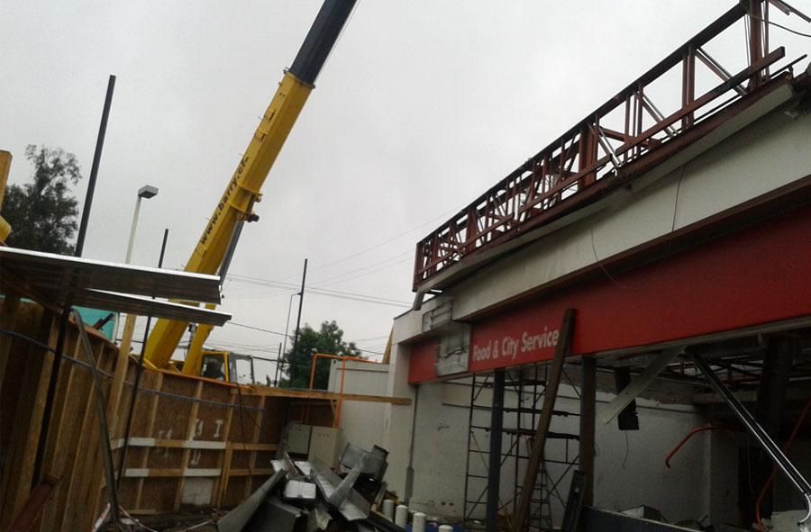 2012: Desmantelamiento de estación de servicios, Lo Curro, Santiago.