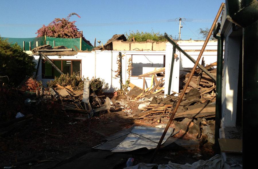 2013: Desmantelamiento y demolición de casas, Las Verbenas, Santiago.
