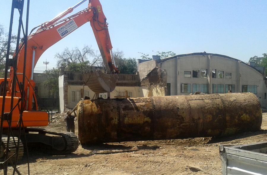 2013: Traslado de contenedor de combustible con máquina excavadora, Hipódromo Chile, Santiago.