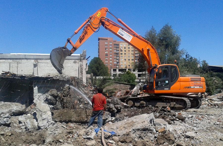 2013: Demolición de casas con máquina excavadora, Hipódromo Chile, Santiago.