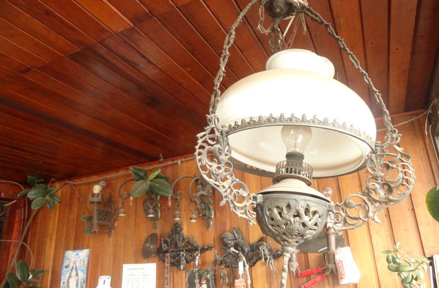 Lámparas colgantes y apliques de fierro y bronce.