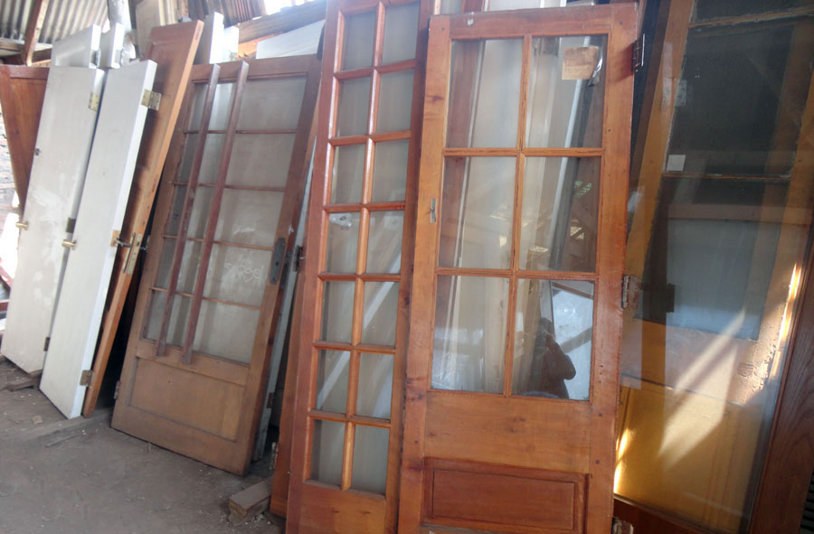Mamparas de vidrio y madera, variedad.