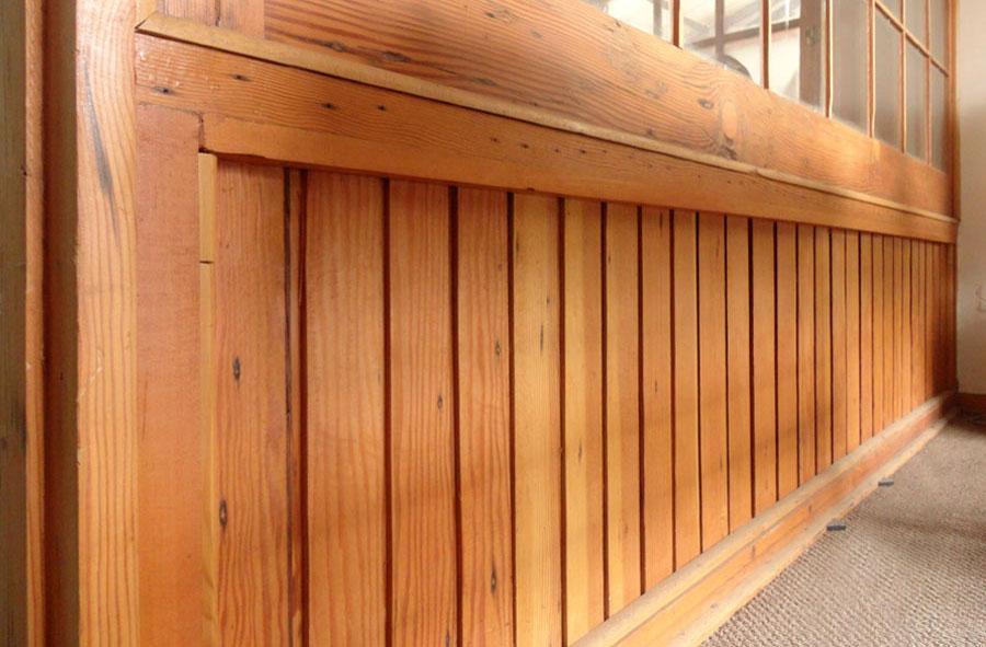 Producto a pedido: Base madera para ventanal de madera  y vidrio. Detalle.