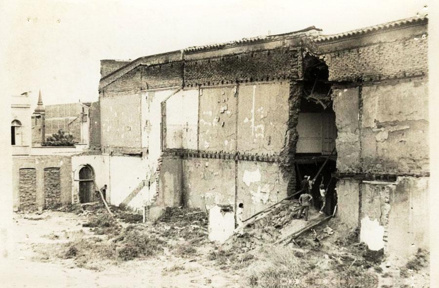 1978: Demolición de casona con máquina excavadora. Catedral con San Martín, Santiago.