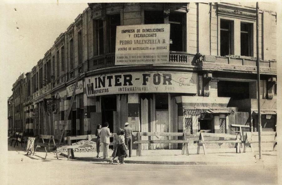 1980: Desmantelamiento de locales comerciales para demolición. Echaurren con Avenida Libertador Bernardo O´Higgins, Santiago.