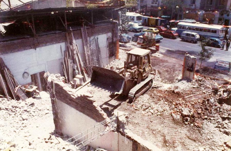 1981: Demolición de Teatro Portugal con máquina retroexcavadora. Av. 10 de Julio con Portugal, Santiago.