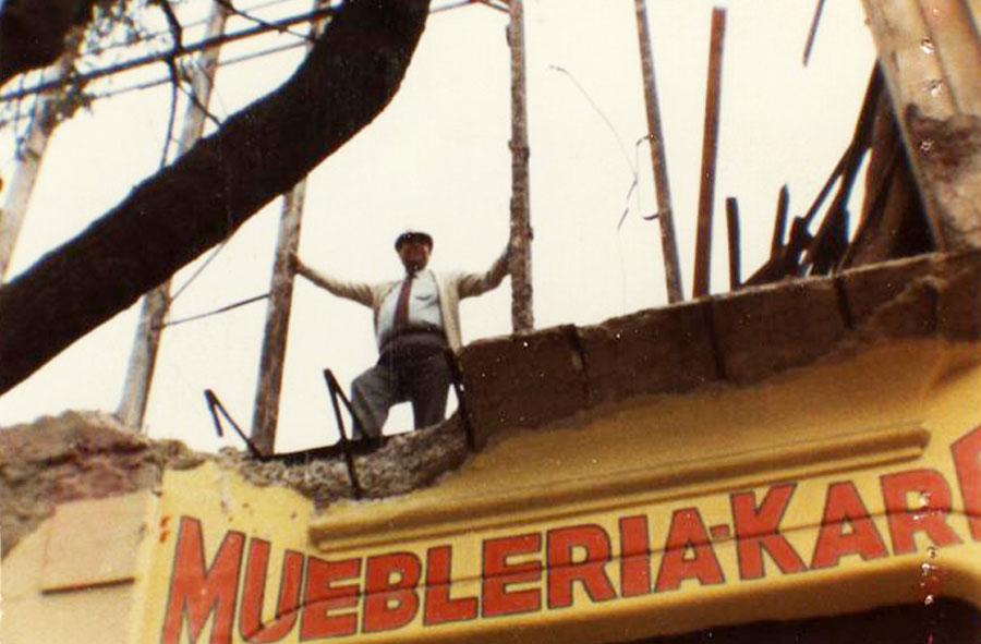 1982: Pedro Valenzuela en obra, mueblería, Santiago.