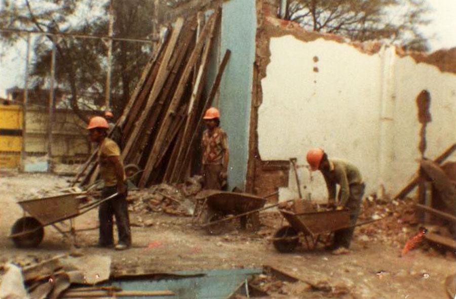 1982: Retiro manual de escombros, mueblería. Santiago.