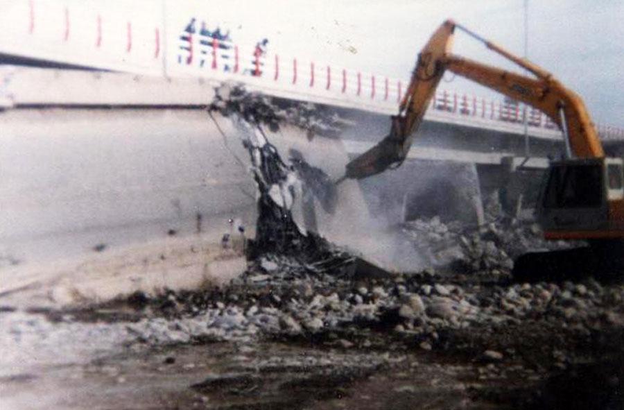 1984: Demolición de puente en el sur de Chile con máquina excavadora y martillo hidráulico.