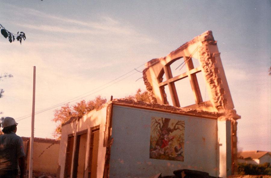1990: Apoyo manual de demolición con tensores de acero.