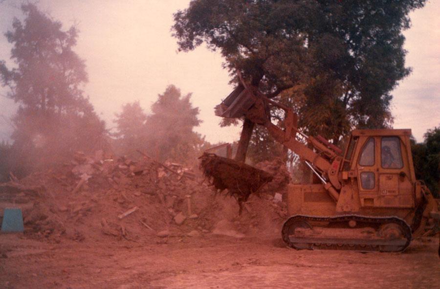 1990: Traslado de árbol en demolición.