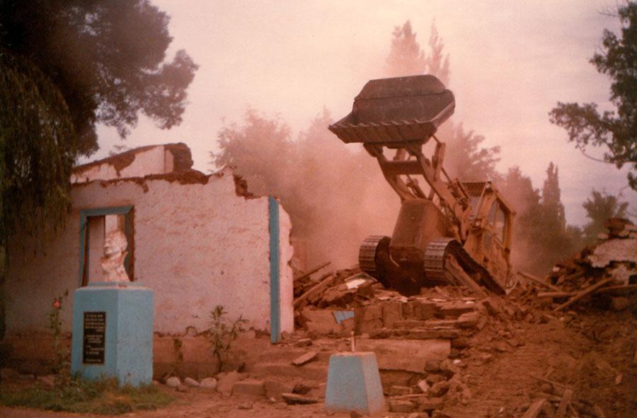 1990: Demolición con máquina retroexcavadora.