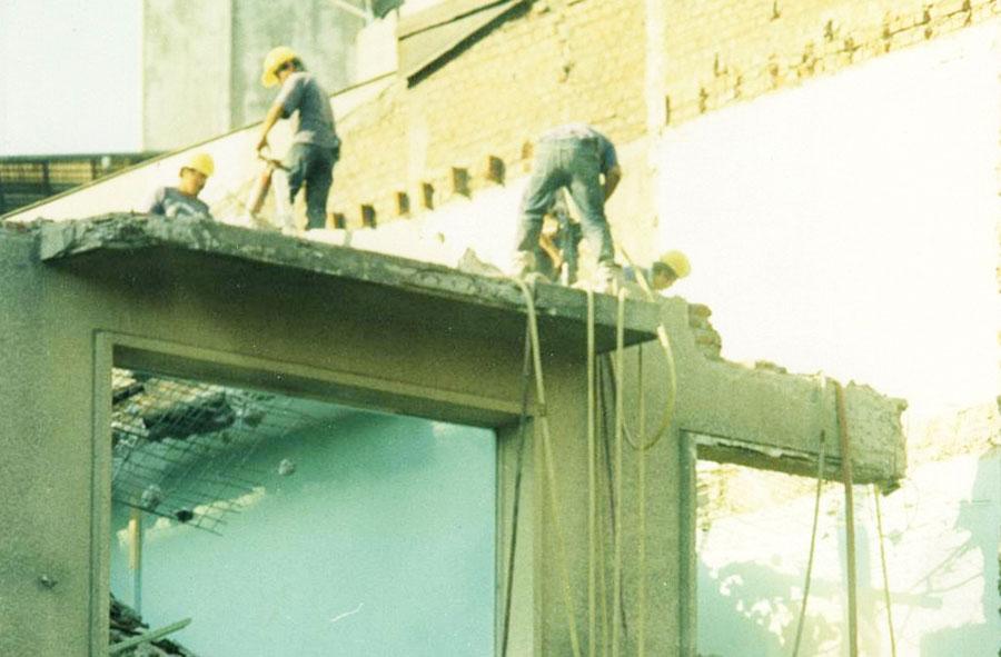 1995: Demolición de edificio con martillo percutor. Monjitas con Mosqueto, Santiago.