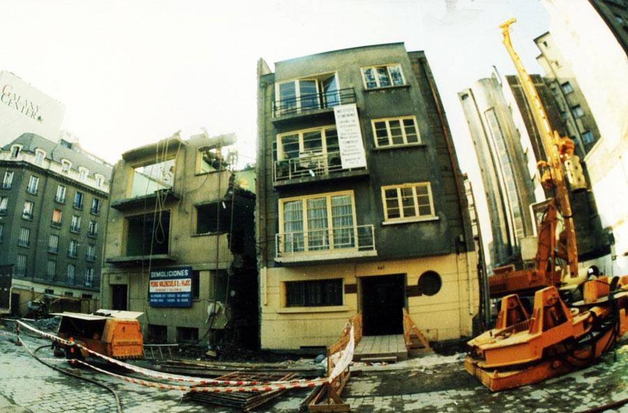1995: Delimitación para demoler edificio con máquina excavadora.