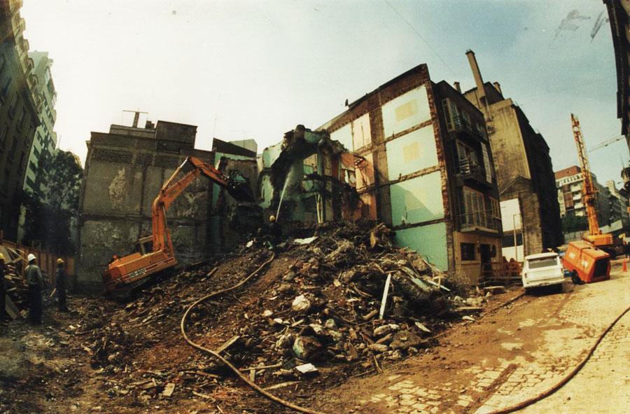 1995: Demolición de edificio con máquina excavadora. Monjitas con Mosqueto, Santiago.