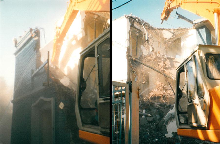 2000: Demolición de locales comerciales con máquina excavadora. Av. Bilbao con Luis Thayer Ojeda, Santiago.