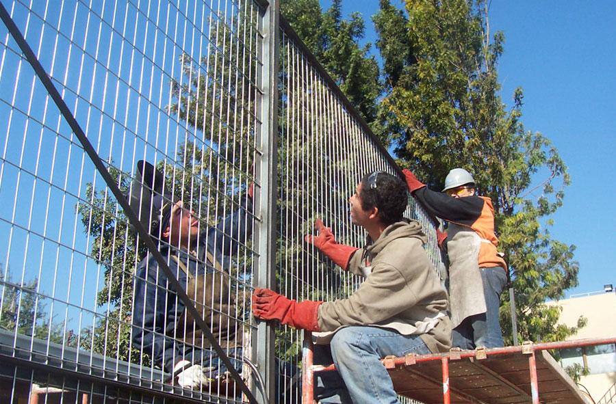 2007: Elaboración de cierre perimetral especial para demolición de Laboratorios Saval.