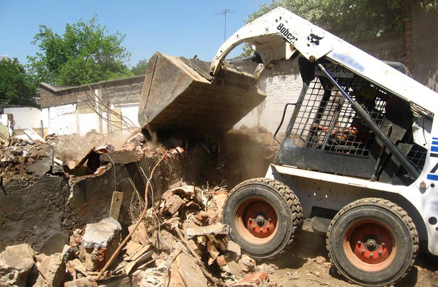 2007: Demolición con mini cargador frontal, Nataniel Cox con Eyzaguirre, Santiago.