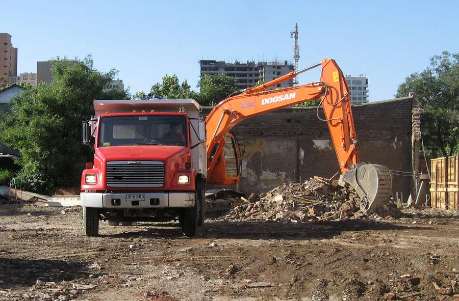 2007: Retiro de escombros mecanizado, Nataniel Cox y Eyzaguirre, Santiago.