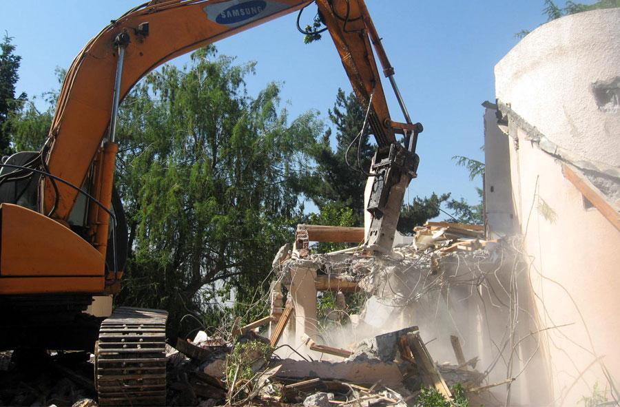 2007: Demolición de casa con máquina excavadora y martillo hidráulico, Las Condes, Santiago.