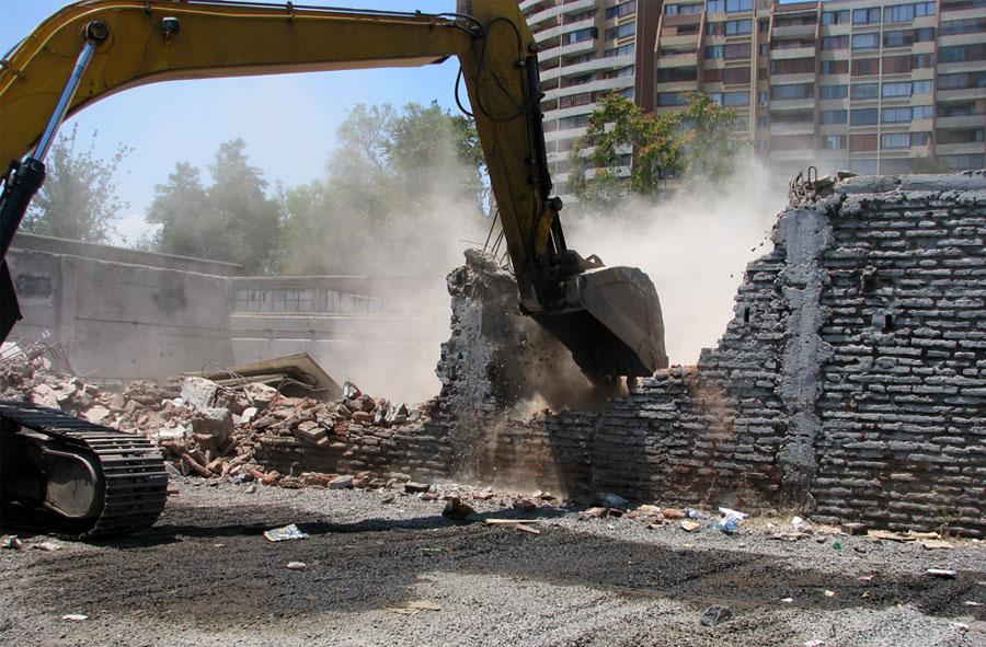2008: Demolición de casa con máquina excavadora. Los Plátanos, Santiago.