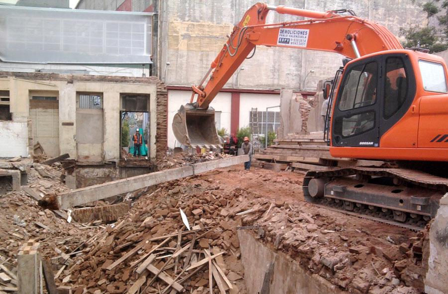2010: Demolición con máquina excavadora de dependencias Universidad Católica de Valparaíso.