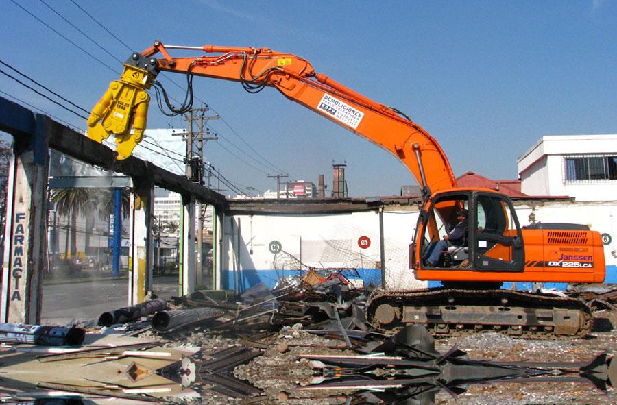 2011: Demolición con máquina excavadora y cizalla. Gran Avenida, Santiago.