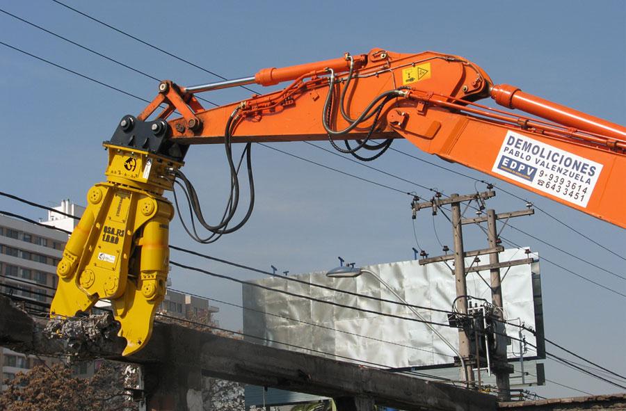 2011: Demolición con máquina excavadora y cizalla, Gran Avenida, Santiago.